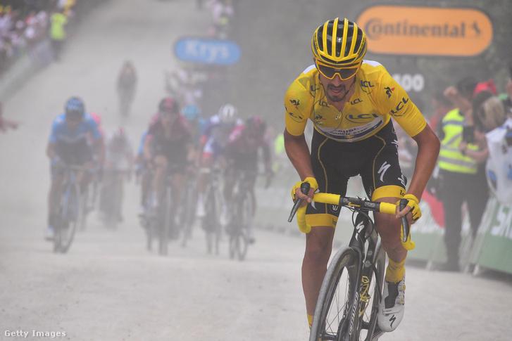 Julian Alaphilippe sárga trikóban a 106. Tour de France 6. szakaszán La Panche-ban 2019. július 11-én