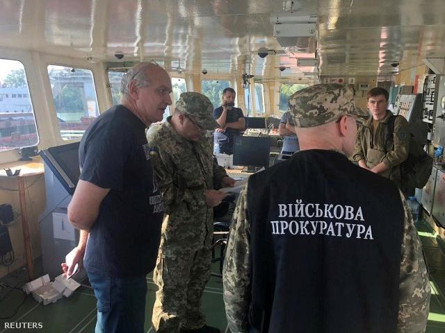 Az ukrán hatóság emberei a hajón 2019 július 25-én