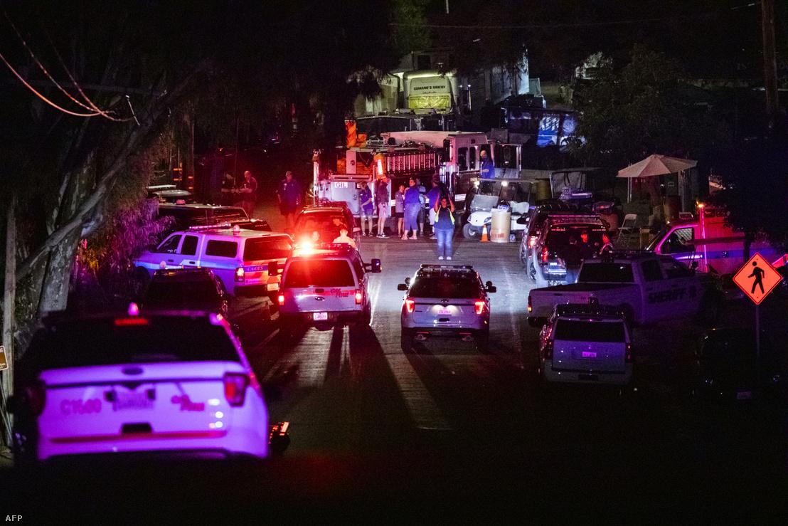 Rendőrök érkeznek a gilroyi lövöldözés helyszínére 2019. július 28-án, ahol a rendőrség tájékoztatása szerint kevesebb, mint egy perc alatt lelőtték az elkövetőt.