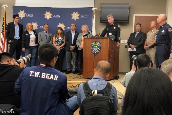 Gilroy rendőrfőnöke tart sajtótájékoztatót a fesztiválon történt lövöldözés után 2019. július 29-én