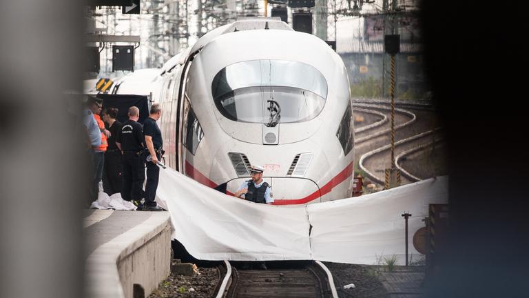 A vonat elé lökött gyerek miatt elszakadt a cérna Németországban