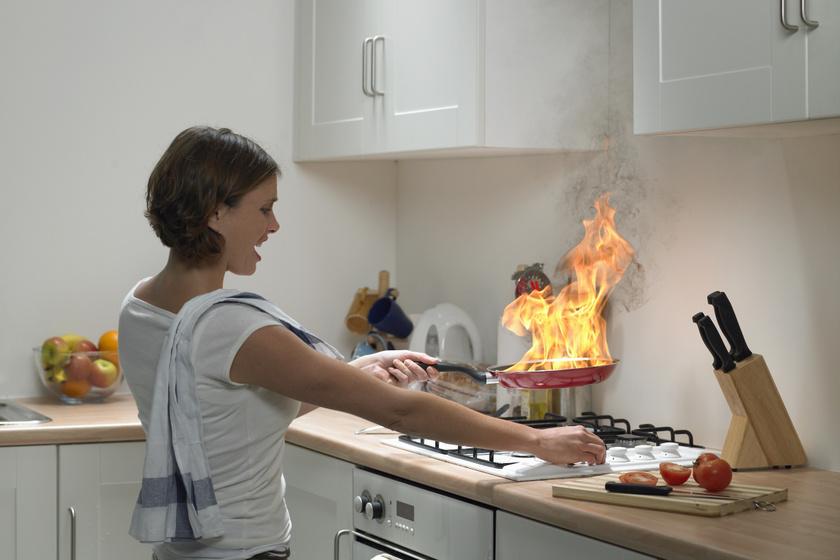 Csak az USA-ban évente százezer ember kerül kórházba égési sérülések miatt, melynek túlnyomó része konyhai baleset következtében keletkezett. Egy szempillantás alatt lángba tud borulni a konyha, elegendő csak a gáztűzhely közelében felejteni a törlőrongyot.
