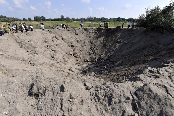 A Duna medrében Budafokon 2019. március 23-án talált amerikai GP 2000 LB rombolóbomba megsemmisítésekor keletkezett kráter július 30-án Tatárszentgyörgyön
