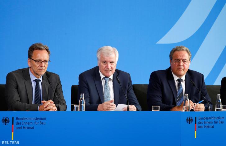 Holger Muench, Horst Seehofer és Dieter Romann (b-j) 2019. július 30-án.