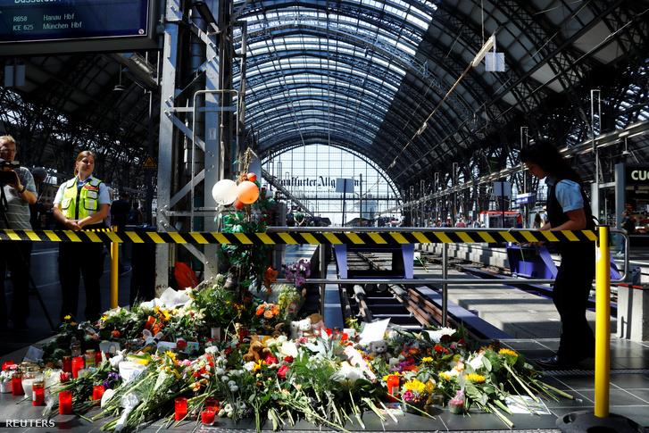 Virágok és mécsesek a frankfurti pályaudvaron 2019. július 30-án.