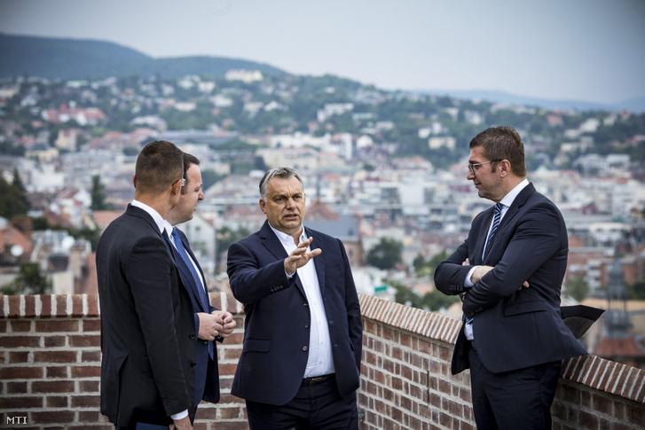 Orbán Viktor miniszterelnök (k) fogadja Hrisztijan Mickoszkit, a Belső Macedón Forradalmi Szervezet - Macedón Nemzeti Egység Demokratikus Pártja (VMRO-DPMNE) elnökét (j) és Alekszandar Nikoloszkit, a VMRO-DPMNE alelnökét (b2) a Karmelita kolostorban 2019. július 30-án
