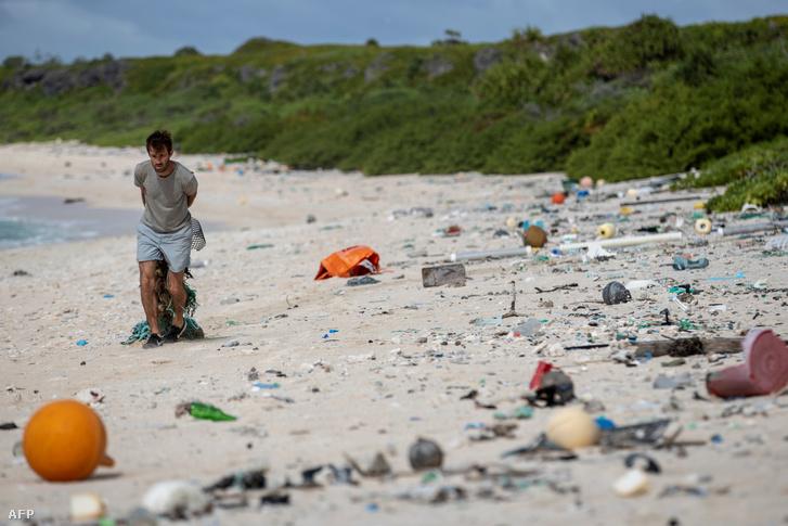 Szemetet gyűjtő férfi a Henderson-sziget partján 2019. június 14-én