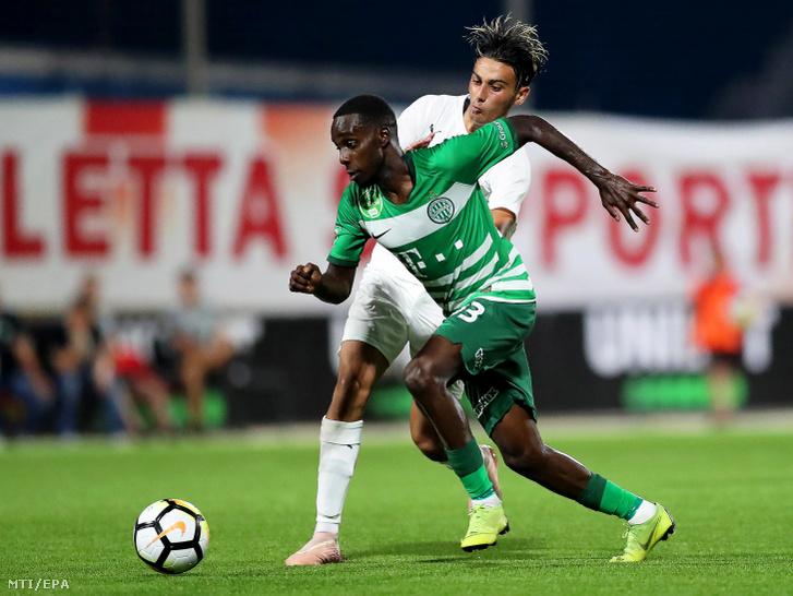 Tokmac Nguen, a Ferencváros (elöl) és Shaun Dimech, a Valletta FC játékosa a labdarúgó Bajnokok Ligája selejtezőjének második fordulójában játszott visszavágó mérkőzésen Ta' Qaliban 2019. július 30-án