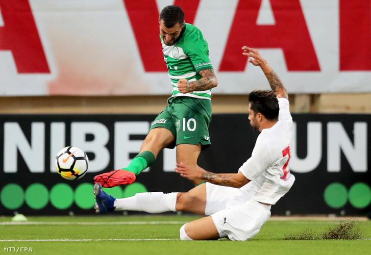Davide Lanzafame, a Ferencváros (b) és Steve Borg, a Valletta FC játékosa a labdarúgó Bajnokok Ligája selejtezőjének második fordulójában játszott visszavágó mérkőzésen Ta' Qaliban 2019. július 30-án