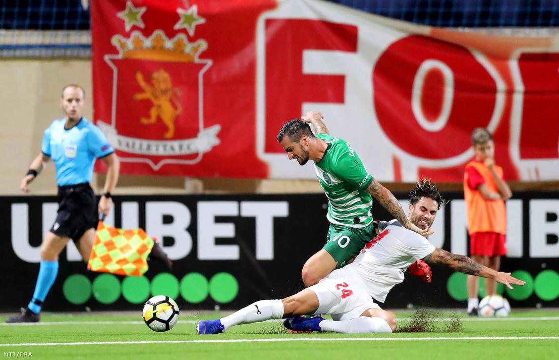 Davide Lanzafame, a Ferencváros (b) és Rowen Muscat, a Valletta FC játékosa a labdarúgó Bajnokok Ligája selejtezőjének második fordulójában játszott visszavágó mérkőzésen Ta' Qaliban 2019. július 30-án