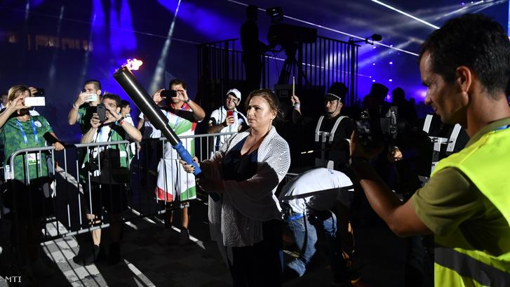 Polgár Judit kétszeres sakkolimpiai bajnok, sakk Oscar-díjas nemzetközi nagymester fáklyával a kezében készül meggyújtani a lángot a 15. Maccabi Európa Játékok nyitóünnepségén a budapesti Új Hidegkuti Nándor Stadionban 2019. július 30-án