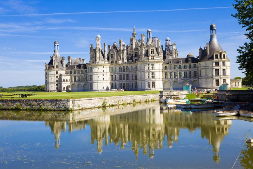 A szépség és a szörnyeteg kastélyát a franciaországi Chambord kastély ihlette. A Loire-völgyi, megközelítőleg száz fő lakta Chambord község melletti kastély az UNESCO Világörökség része.