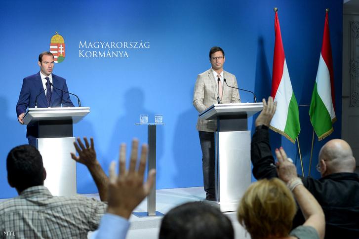 Gulyás Gergely, a Miniszterelnökséget vezető miniszter (j) és Hollik István kormányszóvivő a Kormányinfó sajtótájékoztatón a Miniszterelnöki Kabinetiroda Garibaldi utcai sajtótermében 2019. július 31-én.
