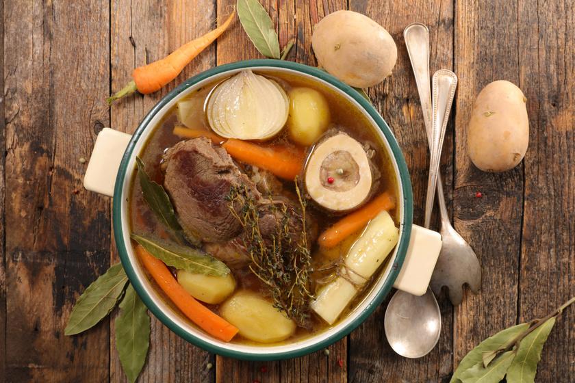 A kollagénállomány főzés közben lebomlik a húsokról, csontokról, bőrről, így a húslevesbe bőven kerül belőle.