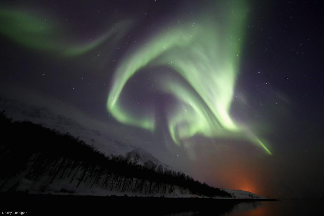 A sarki fény a Föld északi és déli sarkánál a légkörbe behatoló töltött részecskék által keltett időleges fényjelenség. Sarki fény akkor keletkezik, amikor a napszél annyira felkavarja a magnetoszférát, hogy töltött részecskék hatolnak be a napszélből és a magnetoszférából a felső légkörbe.