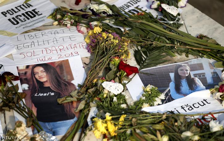 Meggyilkolt tizenötéves lány képei a bukaresti belügyminisztérium elõtt