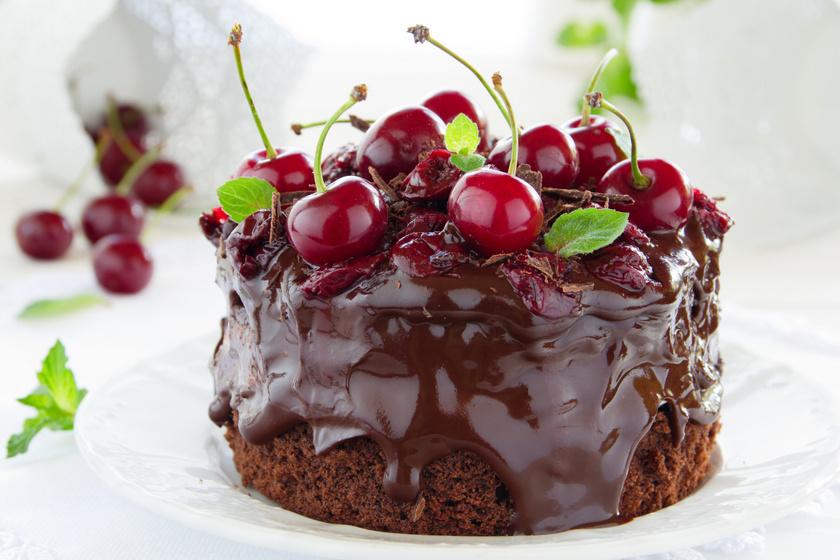 Duplacsokis, meggyes süti: piskótával és selymes csokis krémmel