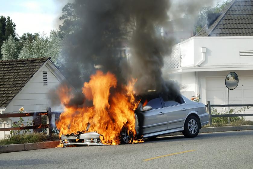 7 dolog, amit soha ne hagyj benn a kocsiban a melegben: akár fel is robbanhatnak