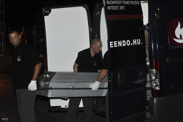 A temetkezési intézet munkatársai elviszik a X. kerületi Kolozsvári utca egyik lakásában történt gyilkosság áldozatát 2019. július 30-án