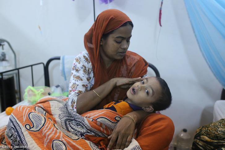 Egy anya beteg fiával a dakkai kórházban