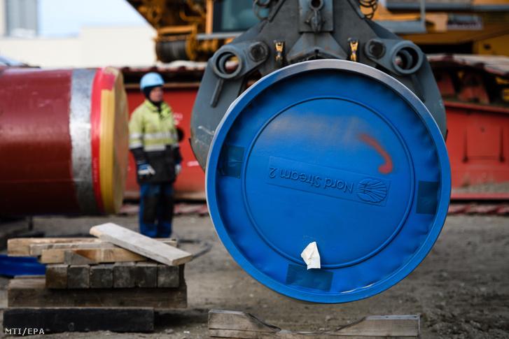 Munkás dolgozik az orosz földgázt Ukrajna és Lengyelország megkerülésével Németországba szállító Északi Áramlat-2 gázvezeték fogadóállomásánál a németországi Lubminban 2019. március 26-án.