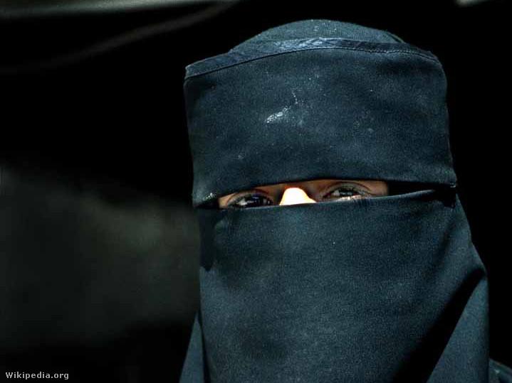 Nikábot viselő muszlim nő