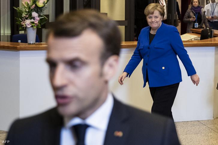 Emmanuel Macron francia elnök nyilatkozik újságíróknak az Európai Tanács brexit-ülését követően Brüsszelben 2019. április 11-én, mögötte Angela Merkel német kancellár