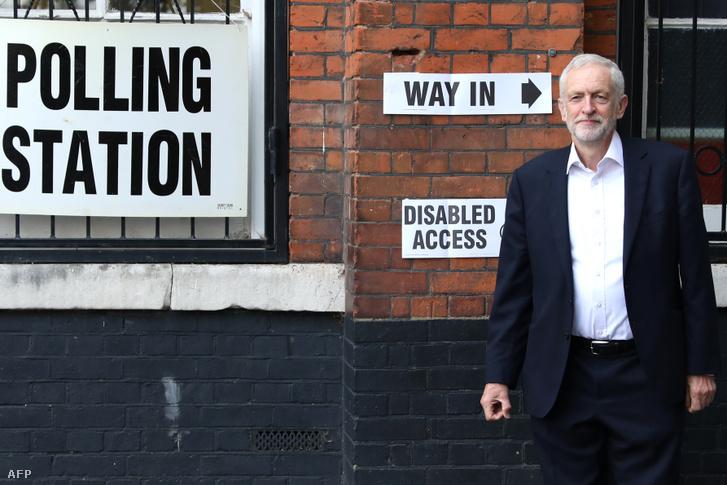 Jeremy Corbin a Munkáspárt vezetője 2019. május 23-án Londonban, miután leadta szavazatát az Európai Parlamenti választásokon
