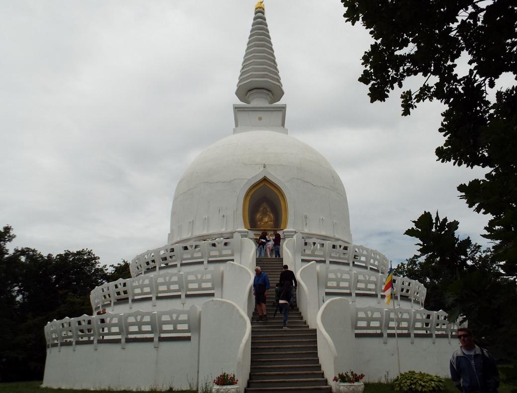 A Buddha-ereklyéket és tibeti könyveket is őrző Béke sztúpánál sokan éreznek megnyugvást, és lelnek válaszokat őket foglalkoztató problémákra.