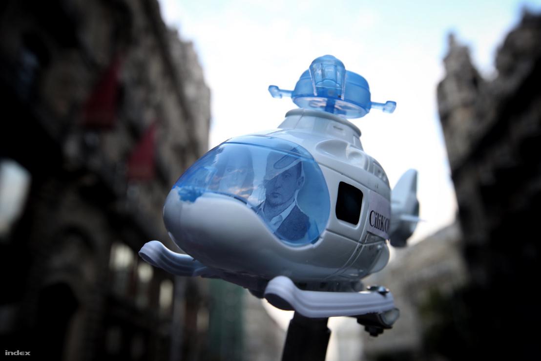 Rogán helikopterezésére emlékeztető tüntetői kreatív megoldás 2016. október 16-án
