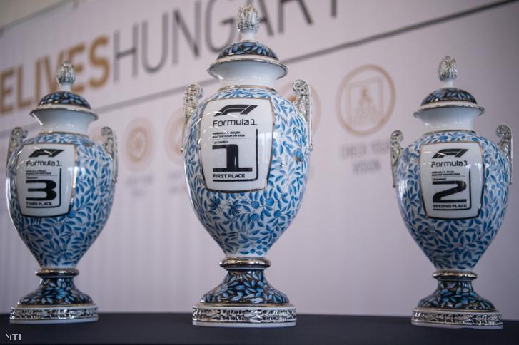 Az első három helyezettnek járó trófeák a Forma-1-es Magyar Nagydíj első napján a mogyoródi Hungaroringen tartott sajtótájékoztatón