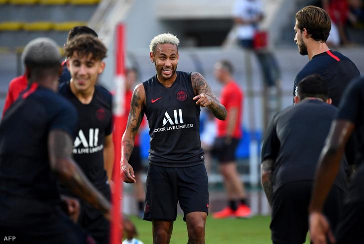 Neymar a PSG sencseni (Kína) edzésén