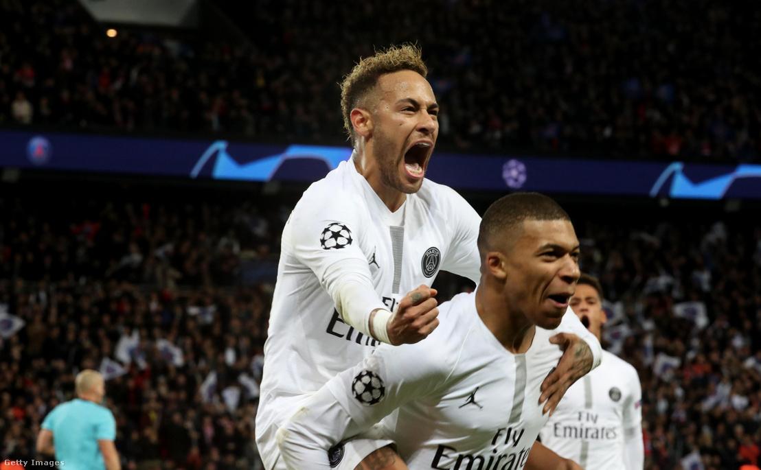 Neymar és Mbappé ünneplik a gólt az UEFA Bajnokok Ligája C csoport, PSG és Liverpool közötti mérkőzésen Párizsban 2018. november 28-án