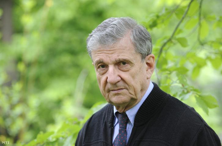 A Széchenyi-díjjal kitüntetett Maróth Miklós klasszika-filológus, orientalista, a Magyar Tudományos Akadémia rendes tagja, az Avicenna Közel-Kelet Kutatások Intézetének igazgatója budapesti otthonában 2016. április 25-én