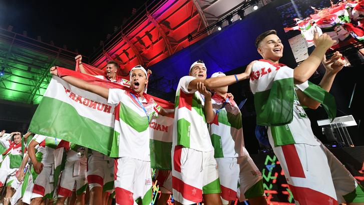 A magyar delegáció tagjai bevonulnak a 15. Maccabi Európa Játékok nyitóünnepségén a budapesti Új Hidegkuti Nándor Stadionban 2019. július 30-án.