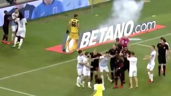 Román szurkolók petárdája robbant a Honvéd-meccs bírója mellett
