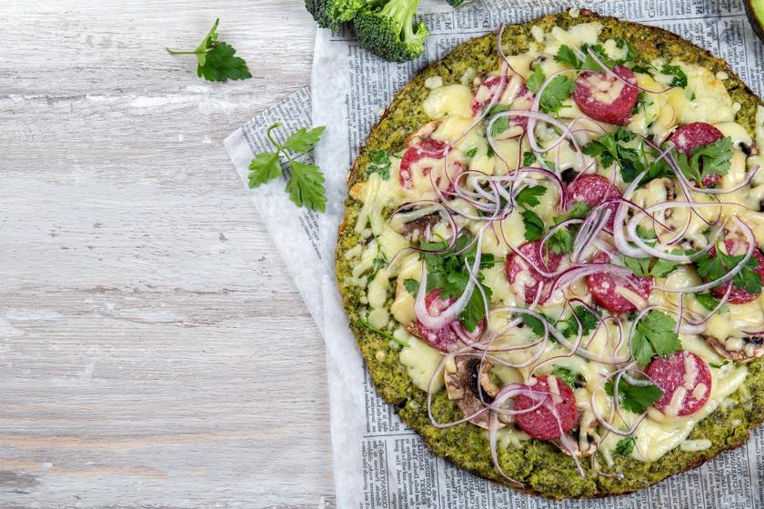 Ropogós pizza liszt nélkül, sok zöldséggel: ezt nem kell dagasztani és keleszteni