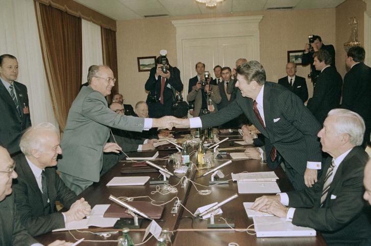 Mihail Gorbacsov és az Egyesült Államok elnöke, Ronald Reagan kezet fog 1985. november 20-án.