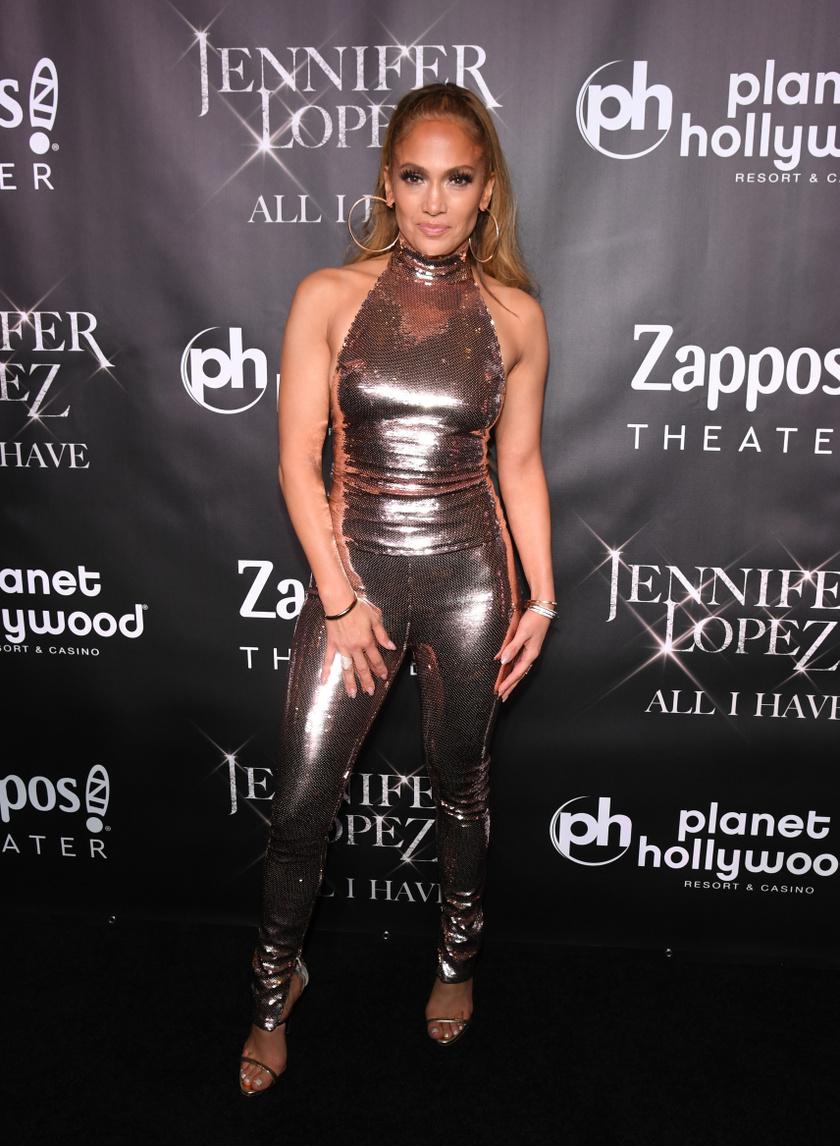 Az ötvenéves, ikonikus vonalakkal rendelkező Jennifer Lopez többször is azt nyilatkozta, hogy sokan akarták fogyásra kötelezni a karrierje során, és úgy gondolták, csak ezután lehet belőle sztár. Őt viszont nem érdekelte mások véleménye, és bebizonyította, mennyire nem volt igazuk.