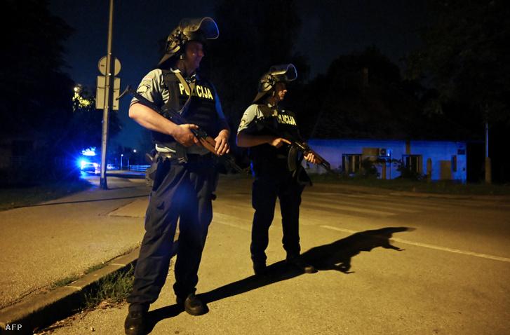 Rendőrök állnak őrt, annak a helynek a közelében, ahol egy férfi 6 ember lelőtt Zágrábban 2019. augusztus 1-én