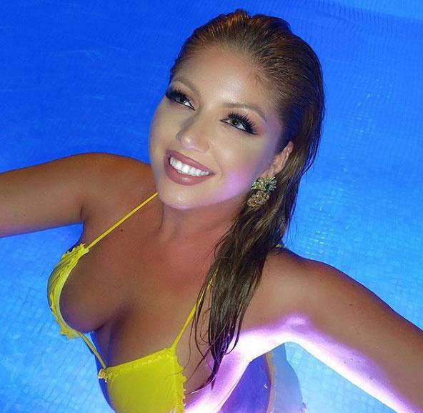 Tolvai Reni a medencében csobbant egyet falatnyi bikinijében.