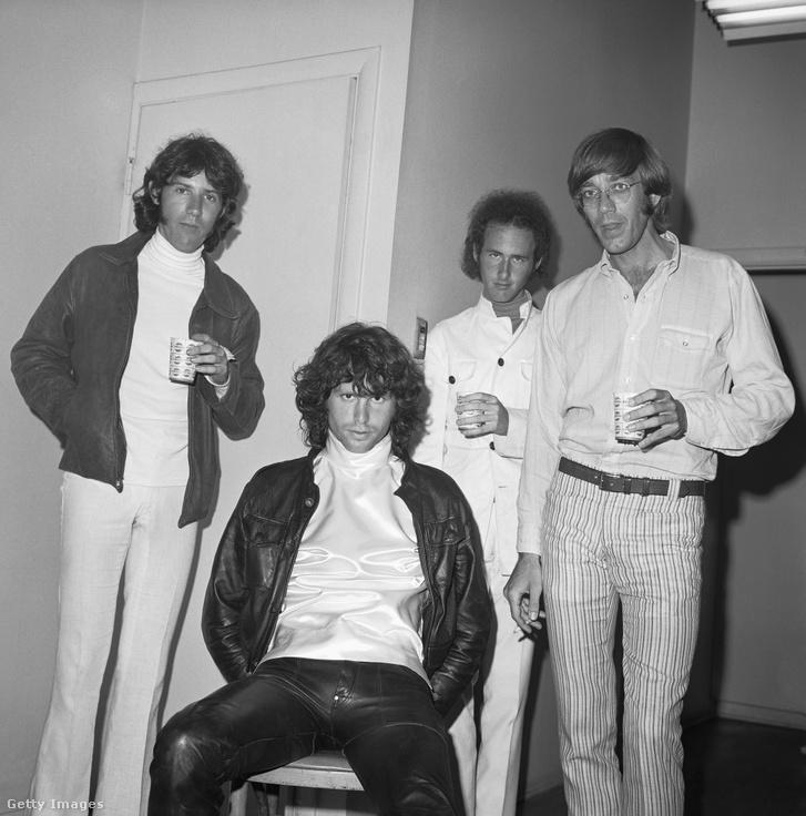 A The Doors zenekar Kaliforniában, 1969 körül. Balról-jobbra: John Densmore, Jim Morrison, Robbie Krieger és Ray Manzarek.