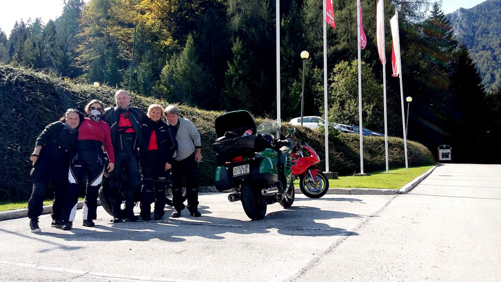 Tavalyelőtt, Szlovénia. Kareszék erre még eljöttek a nagy zöld állattal