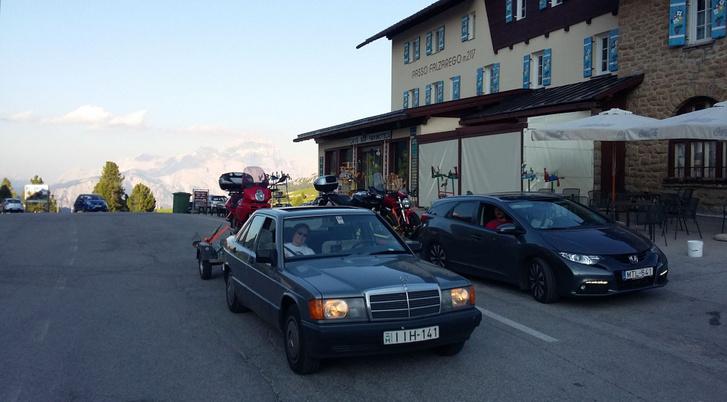 A másik kötelező fotó, de most már 2 autóval, 3 motorral