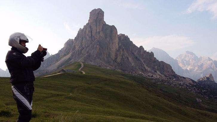 A Passo Giau melletti csúcs és a Kati. Utóbbi a bukósisakos, bár a hegy teteje is pont olyan