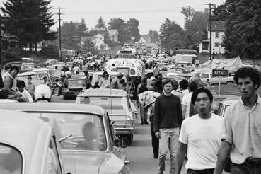 Az ifjú szubkultúra tagjai, azaz másnéven hippik sétálnak a Woodstock Fesztiválra 1969 augusztusában