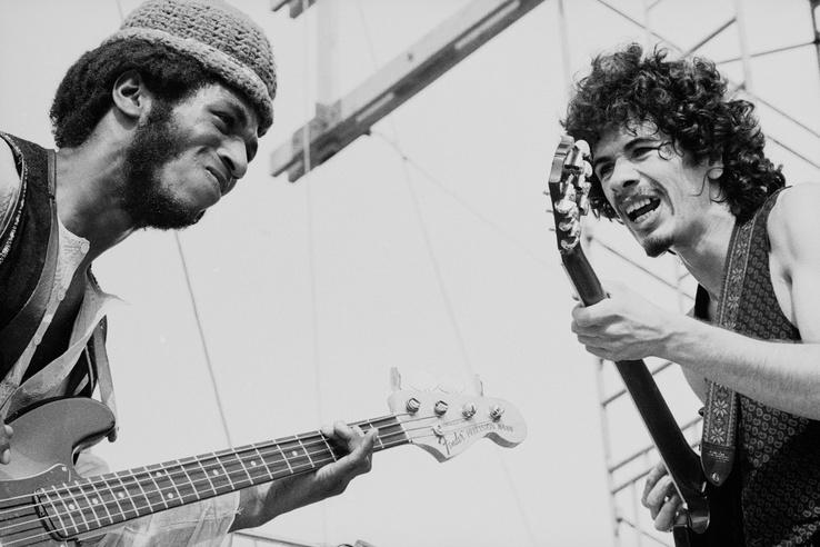 Carlos Santana (jobbra) és David Brown játszik a színpadon 1969. augusztus 16-án