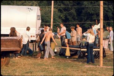 Sorban állnak vízért a fesztiválon az egyik tejes kocsiból átalakított kamionnál az öt közül a Woodstock Fesztiválon