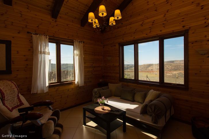 Ciszjordániában található szállás nappalija, amit Airbnb-n keresztül is lehet foglalni 2016 óta