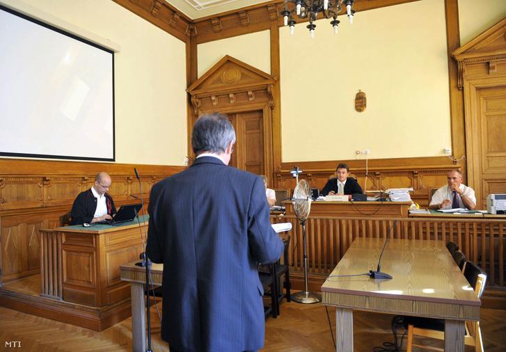 Keller László, korábbi szocialista közpénzügyi államtitkár (háttal) beszél a Fővárosi Törvényszék tárgyalótermében 2012. szeptember 12-én. Vele szemben (j2) Póta Péter tanácsvezető bíró ül.